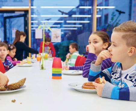 Kinder beim gemeinsamen Frühstück
